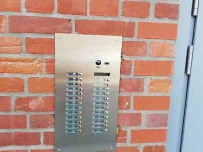 Video-Türsprechanlage-Türeinbau-Renz-Leabox-Mehrfamilienhaus