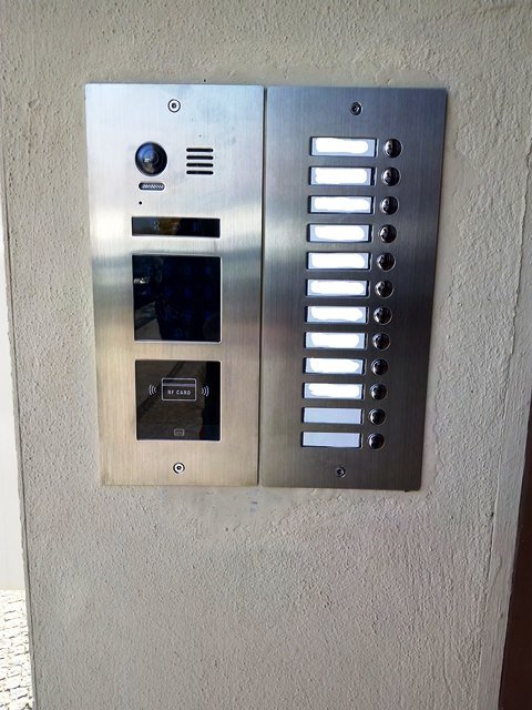 Video-Türsprechanlage-2-Draht-BUS-12-Familienhaus